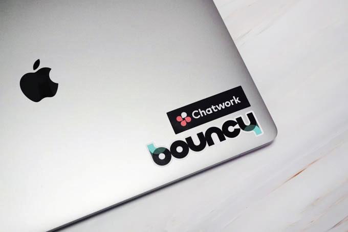 MacBookPro16インチ_ステッカーを貼る