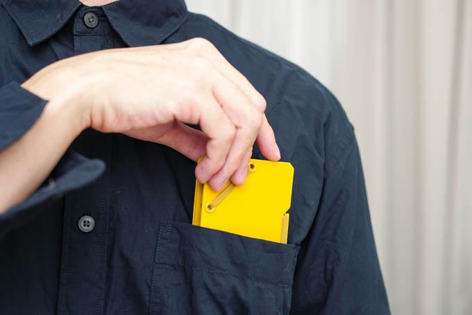 SANDIT(サンドイット)_カードホルダーをポケットに入れる