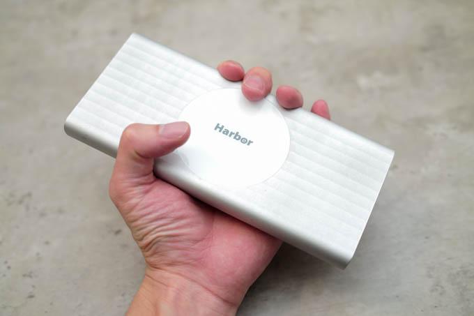 SUPERモバイルバッテリー_手とのサイズ比較