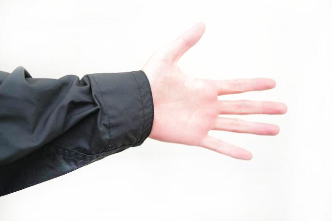 UNIQLO U 2021SS フーデッドコート_袖のスナップボタンを締めた状態