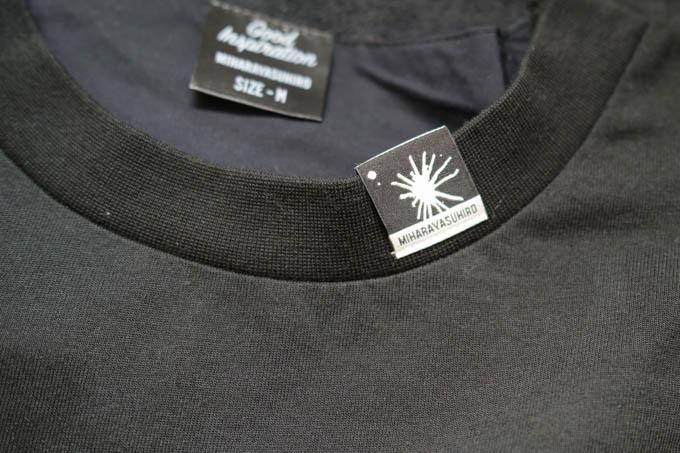 GU×ミハラヤスヒロ_オーバーサイズT(5分袖)コンビネーション_首元タグ