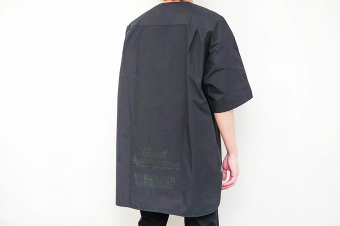 GU×ミハラヤスヒロ_オーバーサイズT(5分袖)コンビネーション_背面着用写真