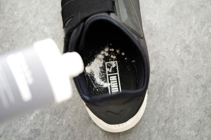 MENON(メノン)靴消臭パウダー_靴内に粉を振る